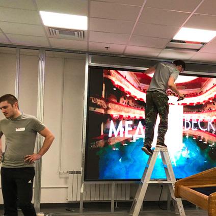 пример светодиодного лед экрана для сцены посольства США в Москве